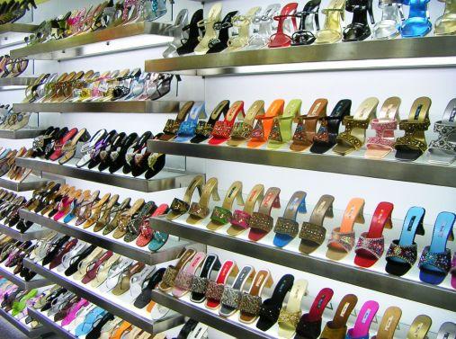 Kirjoittaja kenkäkaupassa Jakartassa 2009. Kääk!