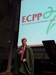 Dr. James Pawelski & vihreä viittaa